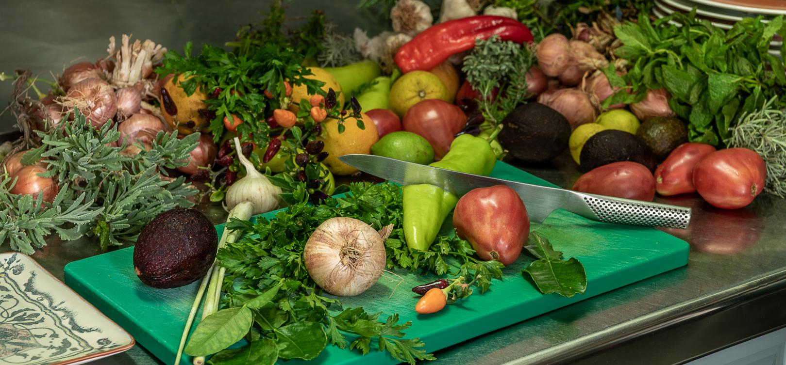 Παραδοσιακή Κρητική κουζίνα Χανιά- φρέσκα λαχανικά υλικά